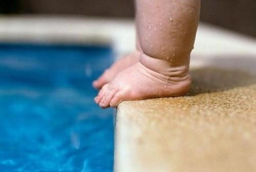 acqua piscina piedi bambino